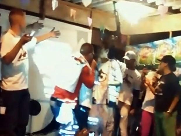 Vídeo flagrou homem armado durante baile funk em Praia Grande, SP (Foto: Reprodução/G1)