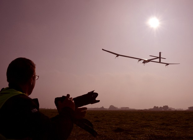 'Solar Impulse' decolou de Payerne, na Suíça, rumo a Rabat (Foto: Reuters)