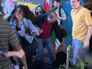 Servidor caiu no chão durante confusão (Foto: Reprodução/RBS TV)