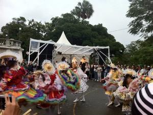 Chuva não impediu o público de dançar quadrilha na tarde deste sábado (Foto: Alba Valéria Mendonça/ G1)