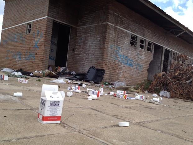 Frascos de remédios contra Aids são jogados em complexo esportivo em Teresina. (Foto: Gil Oliveira/G1)