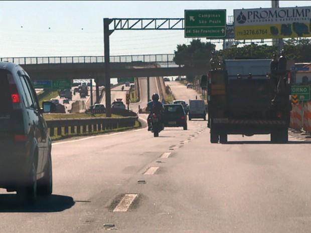 Motocicleta trafega entre carros na Rodovia Dom Pedro, em Campinas (Foto: Reprodução EPTV)