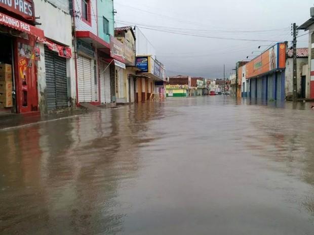 Alagamentos na região por conta de chuvas são constantes (Foto: Caroliny Pereira/Arquivo Pessoal)