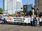 Professores em greve protestam contra reitoria da Ufam, em Manaus