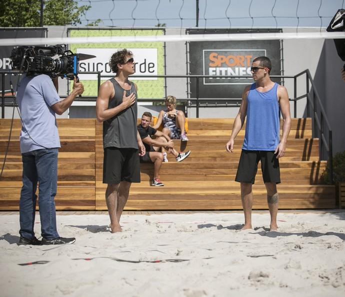 Felipe Roque e Ricardo Vianna gravam a disputa tensa nas areias (Foto: Raphael Dias/Gshow)