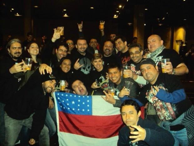 Dila viaja com amigos que conheceu ainda na infância; Na foto, eles registram momento antes do show da banda Slayer, em 2011 (Foto: Arquivo Pessoal)
