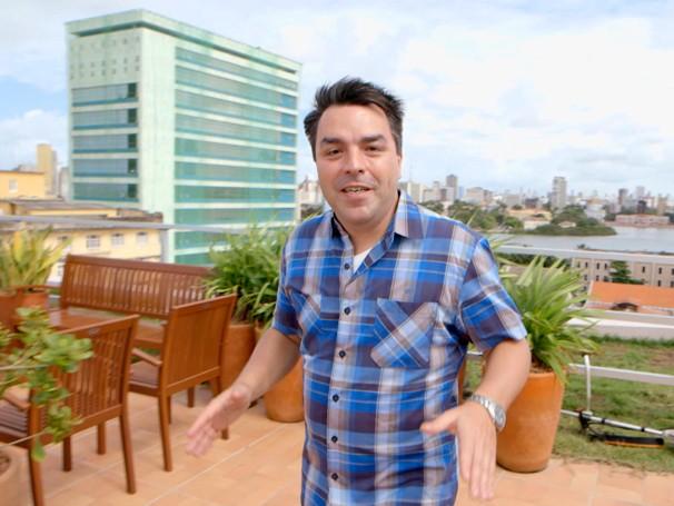 Renato Cunha mostra como funcionam os telhados verdes (Foto: Globo)
