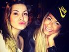 De lentes azuis, irmã de Neymar curte a noite carioca com Marquezine