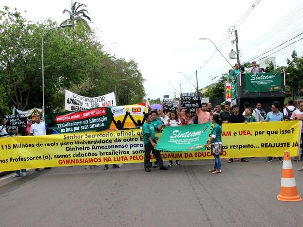 Cerca de 500 professores ocuparam a avendia Brasil, durante ato (Foto: Ive Rylo/G1 AM)