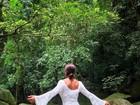Juliana Paes mostra o corpão ao posar de vestidinho branco