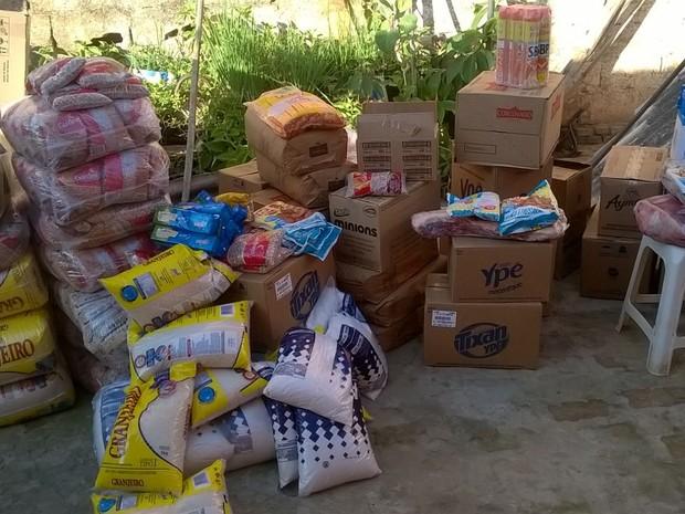 Mercadorias que foram recuperadas após roubo (Foto: Divulgação / Polícia Militar)