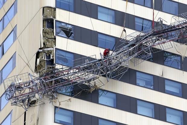 Bombeiro avalia situação após queda de antena sobre prédio em Bagnolet nesta sexta-feira (7) (Foto: Kenzo Tribouillard/AFP)