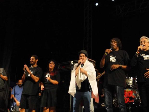 Os artistas que participaram subiram ao palco no fim do show (Foto: Raquel Freitas/G1)