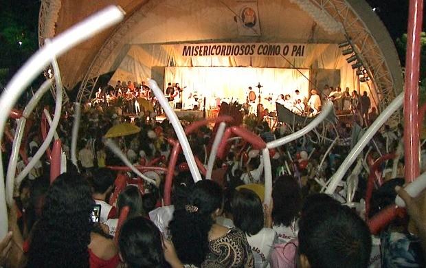 Milhares de pessoas compareceram a festa no final da magrugada, na Concha Acústica, em Rio Branco (Foto: Bom Dia Amazônia)