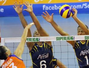 Sheilla enfrenta bloqueio de Walewska e Ramírez na semifinal entre Osasco e Campinas (Foto: Felipe Christ / Amil)