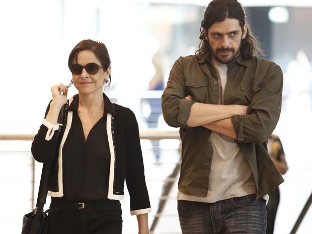 Cora diz a Jairo que vai apresentá-lo como segurança (Foto: Fábio Rocha/Gshow)