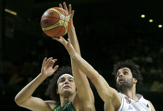 anderson varejao teodosic brasil x servia basquete (Foto: EFE)