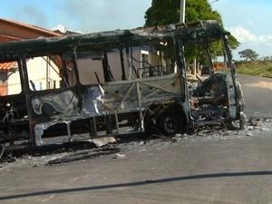 Ônibus incendiado no domingo permanece no meio da rua em Campinas (Foto: Reprodução/ EPTV)
