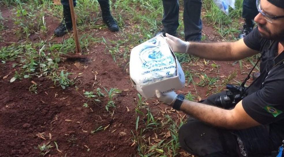 Feto foi enterrado em caixa de sapato no quintal da casa, diz polícia (Foto: Polícia Civil de MS/ Divulgação)