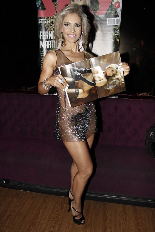 Fernanda Martinelli mostra sua revista (Foto: Celso Tavares/EGO)