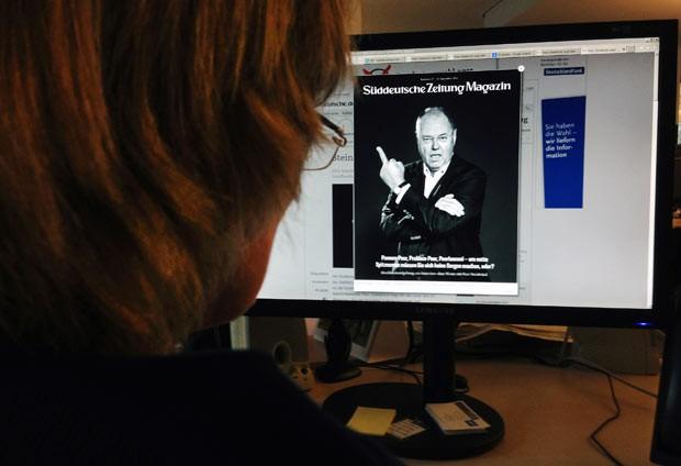 Mulher observa nesta quinta-feira (12), na Internet, a foto polêmica de Peer Steinbrück (Foto: AFP)