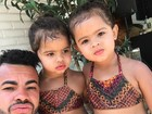 Dentinho posta foto com as filhas e seguidor comenta: 'A cara do pai'