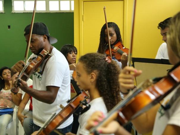 Meninos e meninas da Orquestra AfroReggae (Foto: Divulgação/Lucas Conrado)