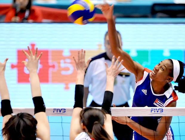 Yoana Palacios na partida de vôlei de Cuba x Japão (Foto: AFP)
