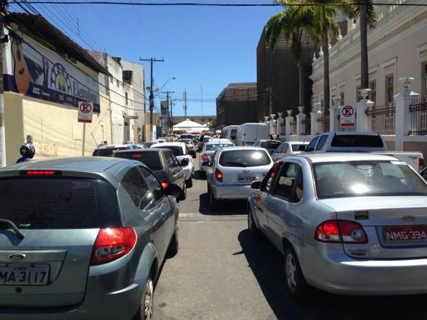 Motoristas têm que desviar por ruas alternativas para fugir do bloqueio (Foto: Natália Souza/G1)