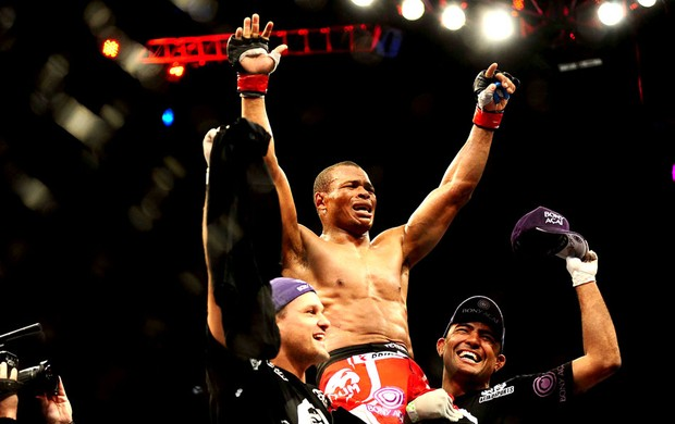 Massaranduba comemora vitória no UFC em São Paulo (Foto: Marcos Ribolli / Globoesporte.com)