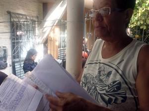 Maria de Fátima, vizinha do terreiro, diz que fez vários pedidos à Codesal para poda da árvore (Foto: Juliana Almirante/G1)