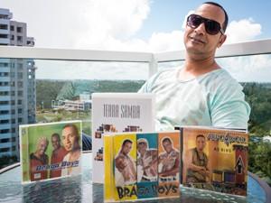 Mano Moreno em seu apartamento em Salvador (Foto: João Milet Meirelles / G1)