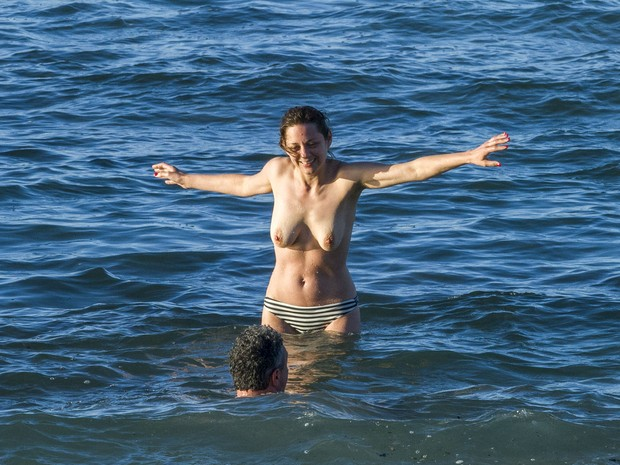 Marion Cotillard em praia nas Ilhas Canárias, na Espanha (Foto: Grosby Group/ Agência)