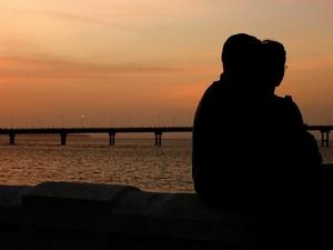 Casal aproveita a vista da Beira Mar, no Centro de São Luís (Foto: Divulgação/Setur)