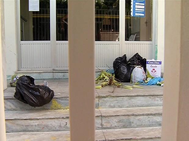 Frente da Câmara ficou com lixo (Foto: PJ Lopes)