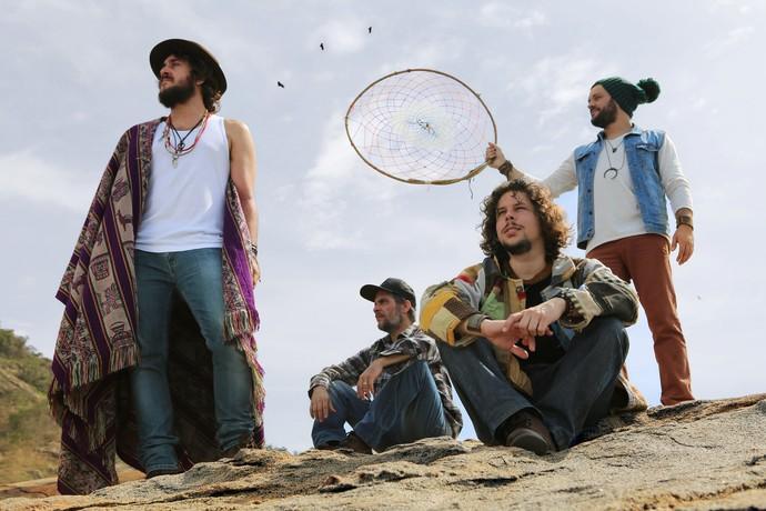 Rodrigo Suricato (primeira da esquerda para direita) comemora a trilha de abertura da novela (Foto: Divulgação)