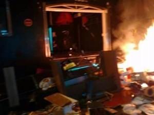 Estabelecimento comercial de suspeito ficou destruído após ação de moradores em Extrema (Foto: Reprodução)