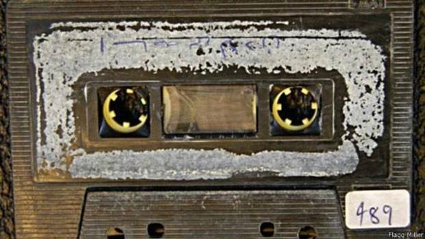 Fitas foram encontradas após invasão americana ao Iraque, em 2001  (Foto: Flagg Miller/BBC)