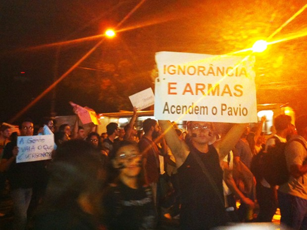 Manifestantes na Avenida Fernando Ferrari, em Vitória. (Foto: Victória Varejão / G1 ES)