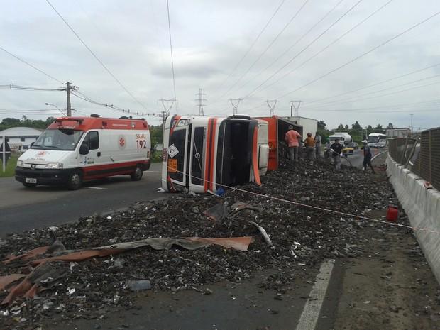 Caminhão tomba, derruba carga e interrompe pistas na BR-386 (Foto: Mauro Nascimento/RBS TV)