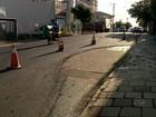 Prefeitura asfalta rua e deixa buraco em área de carro estacionado no RS