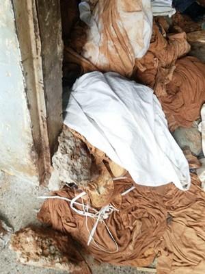 Dentro do túnel foram encontrados diversos lençóis que estavam sendo usados para facilitar a locomoção dos detentos e a retirada da areia (Foto: Sejuc/Divulgação)