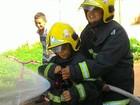 Garoto se torna bombeiro por um dia após escrever pedido ao Papai Noel