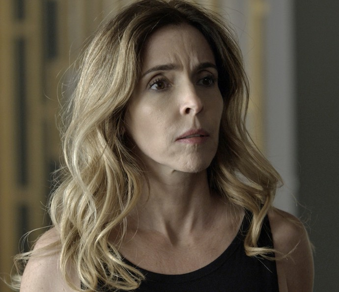 Kiki fica surpresa com a presença do ex no seu apartamento (Foto: TV Globo)