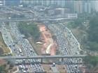 Trânsito é congestionado na Avenida Paralela; vídeo mostra situação