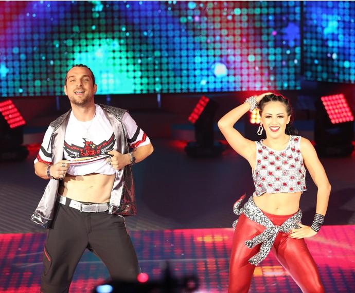 Ator mostrou o tanquinho durante a coreografia (Foto: Carol Caminha/Gshow)