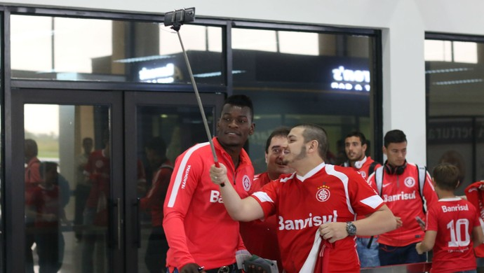 """Torcedores fazem """"pau de selfie""""na chegada dos jogadores do Inter na Bolívia (Foto: Diego Guichard)"""
