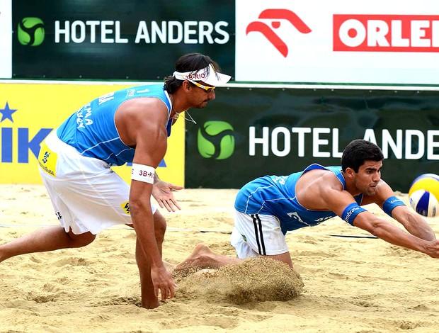Ricardo e Vitor Felipe vôlei de praia Polônia (Foto: Divulgação / FIVB)