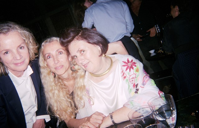 From left, Jil Sander, the late editor of Vogue Italia, Franca Sozzani, and Suzy Menkes at Gucci's party for Helmut Newton in Milan, 2003 (Foto: @SUZYMENKESVOGUE)