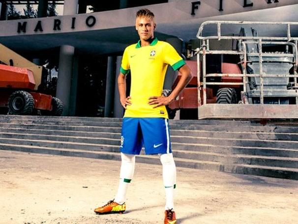 Neymar posa com nova camisa da Seleção, feito para a Copa das Confederações (Foto: J.R. Duran)